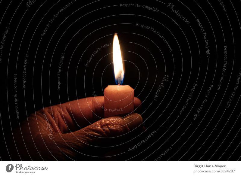Faltige Hand im Kerzenschein Kerzenlicht Flamme Stimmung Wärme Weihnachten & Advent Hoffnung dunkel Licht in der Dunkelheit Falten Alte Hand Alter Schatten