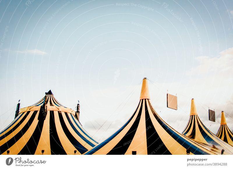 schwarz gelb gestreifte Zelte Zelteingang Dächer Zirkus Zirkuszelt Außenaufnahme Farbfoto Menschenleer Veranstaltung Jahrmarkt Tag Entertainment Show Himmel