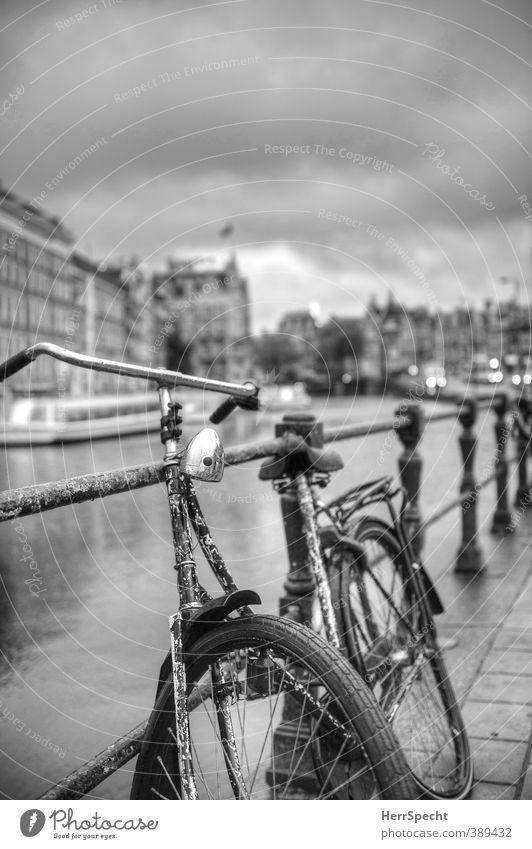 Amsterdam Klischee again alt Einsamkeit Wolken Haus Gebäude Fahrrad warten ästhetisch historisch Rost Brückengeländer Nostalgie parken Altstadt