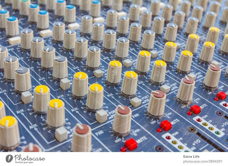 Professionelles Audio-Tonmischpult, Tafel akustisch ausrichten Einsteller Einstellung Verstärker analog Bass Holzplatte Rundfunksendung Schaltfläche Konsole
