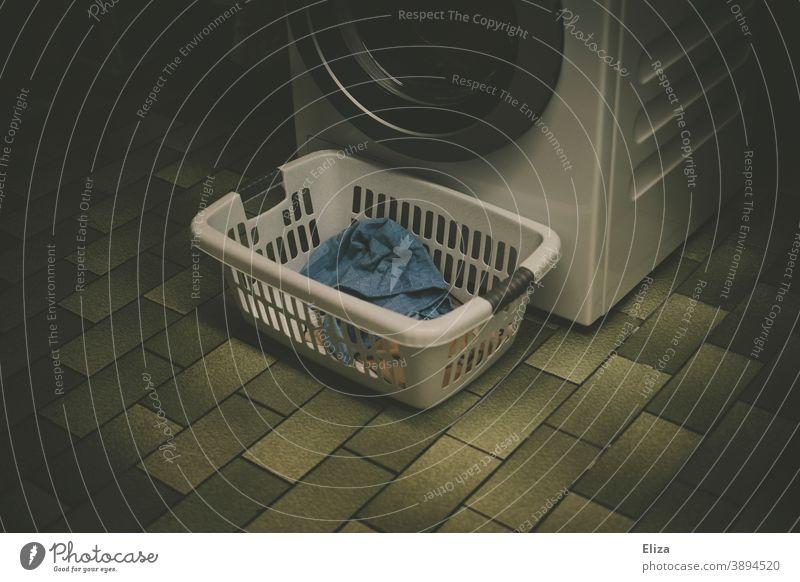 Wäschekorb steht im Wäschekeller vor der Waschmaschine Wäsche waschen Waschtag Haushaltsführung Fliesen Häusliches Leben Alltagsfotografie Wäscheleine dunkel