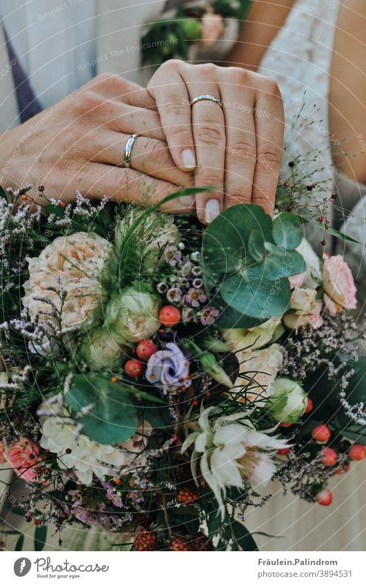 Hochzeit hände Zusammenhalt zusammengehörig Zusammengehörigkeitsgefühl Zusammensein Zweisamkeit Blumen Blumenstrauß Ring Ehering Vintage floral Heirat Liebe