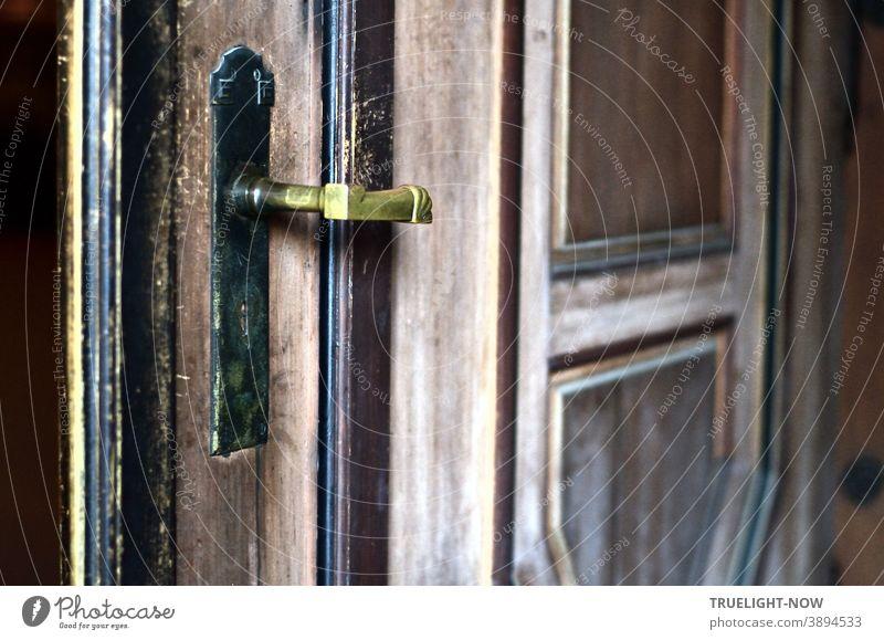 Eingangsportal im Art Déco und Jugendstil Design an der ganz aus Holz gebauten Kapelle des Südwestfriedhofs Stahnsdorf bei Berlin Portal Kirchentür