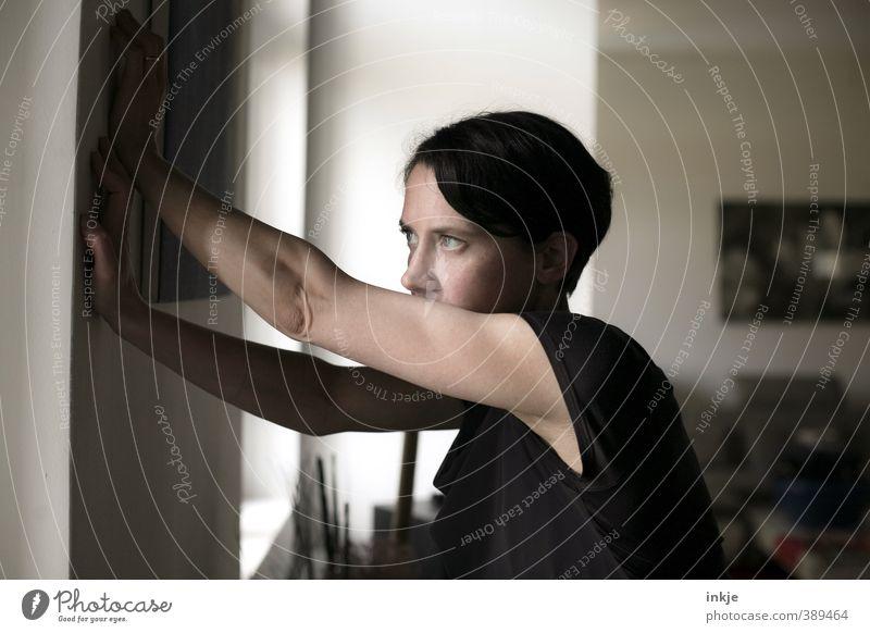 Nachdenkliche Frau Lifestyle Häusliches Leben Wohnung Raum Wohnzimmer Erwachsene Gesicht Arme Oberkörper Frauenoberkörper 1 Mensch 30-45 Jahre Mauer Wand