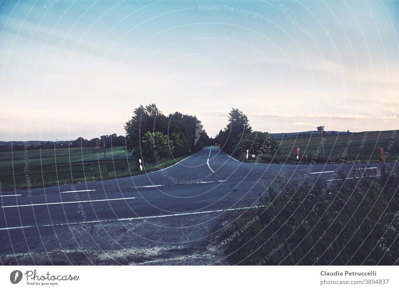 Kreuzung und Ortseinfahrt auf dem Land Straße Landstraße Crossroad Landschaft Ortschaft Allee Asphalt Felder Baum Außenaufnahme Farbfoto Verkehrswege