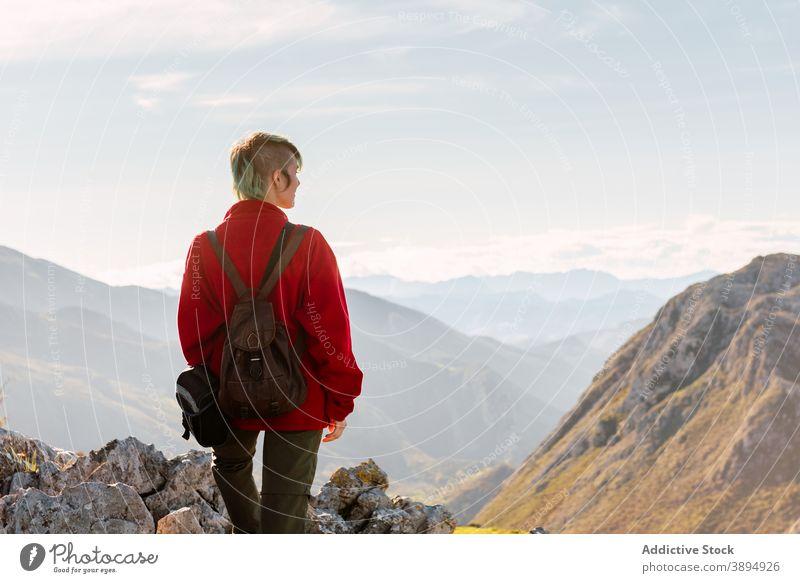 Unbekannter Reisender auf Berggipfel stehend Wanderer bewundern Berge u. Gebirge Hochland Top Felsen Freiheit Entdecker Aussichtspunkt El Mazuco Asturien