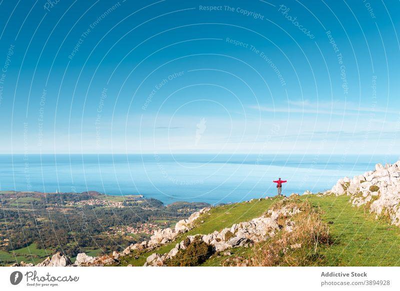 Anonymer Reisender genießt die Freiheit in den Bergen genießen Berge u. Gebirge ausdehnen Arme Wanderer MEER Meereslandschaft Hochland El Mazuco Asturien