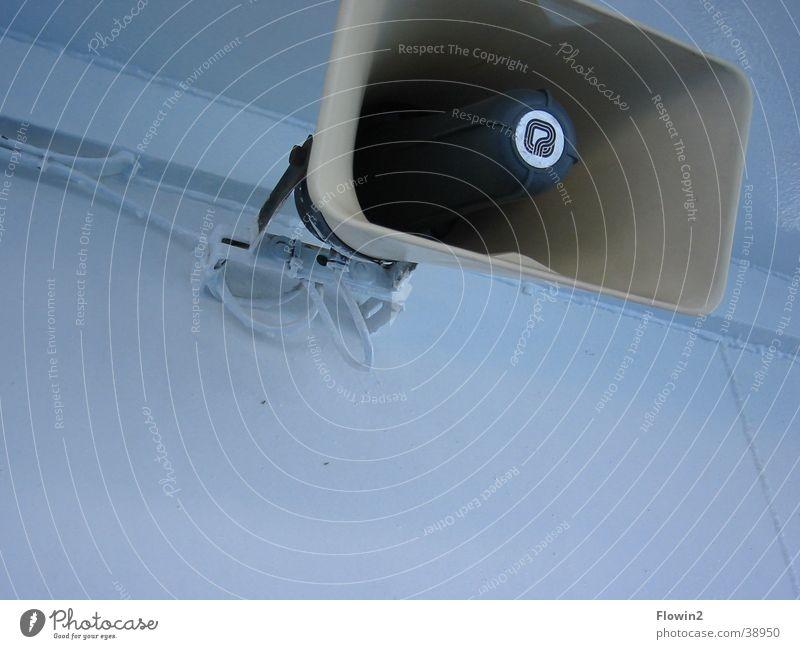 Speakers Corner Megaphon Lautsprecher laut Lautstärke kalt weiß Makroaufnahme Nahaufnahme Durchsage Ansage Technik & Technologie Coolness blau