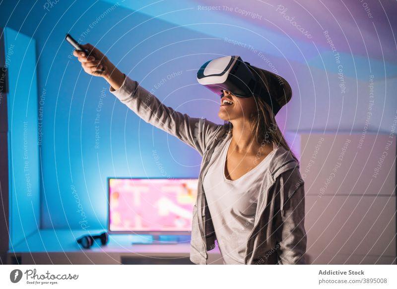 Erstaunte Frau erlebt die virtuelle Realität in einer VR-Brille Virtuelle Realität aufgeregt spielen Spiel Videospiel Erfahrung erstaunt Schock Schutzbrille