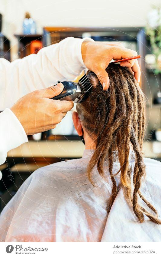 Friseur beim Trimmen der Haare eines Kunden im Salon Barbershop Pflege Trimmer Haarschnitt Männer Frisur Klient modern Arbeit Hipster entgittern Dienst