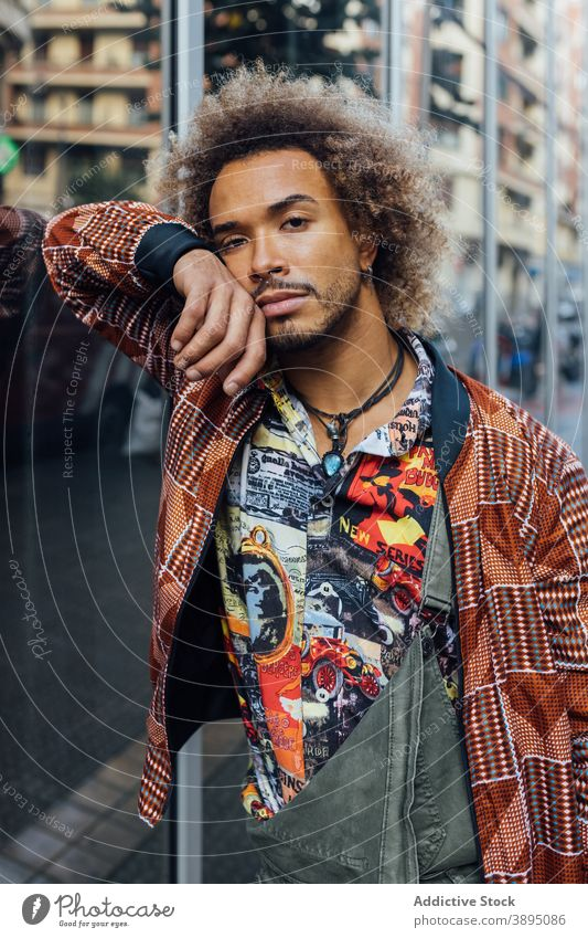 Stilvolle ethnische Hipster Mann in trendige Kleidung trendy urban modern krause Haare Vollbart Mode jung männlich Afroamerikaner schwarz Bekleidung Lifestyle