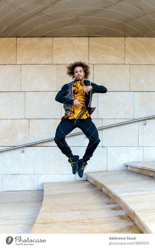 Stilvolle Hipster Mann springt auf der Treppe springen Energie trendy Schritt hoch informell jung Typ über der Erde Afroamerikaner schwarz ethnisch dynamisch