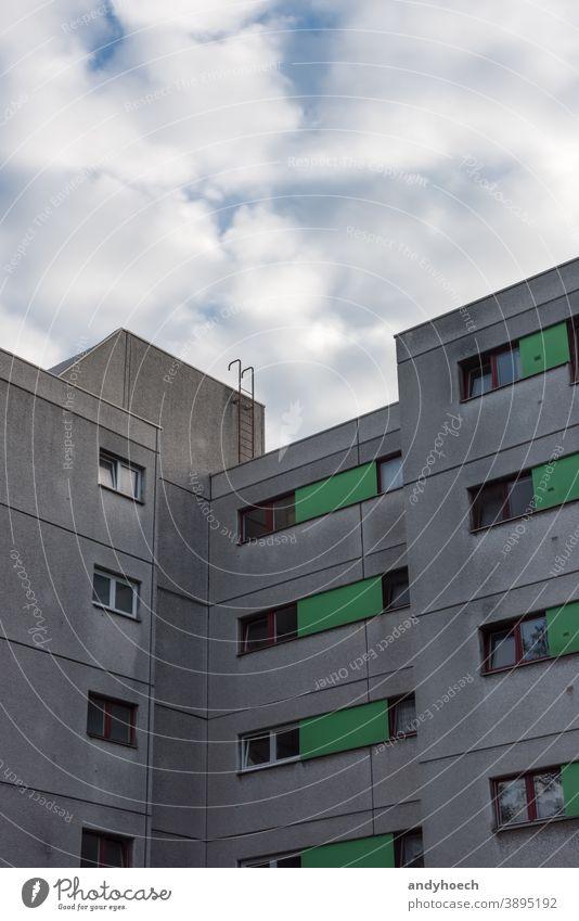 Leiter auf dem Dach eines Mehrfamilienhauses antik Appartement architektonisch Architektur Hintergrund Gebäude Herausforderung Großstadt Stadtleben Aufstieg