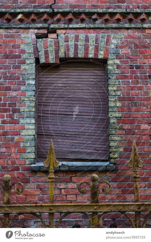 Ein Mauerwerk bricht aus dem Fensterrahmen heraus Verlassen antik Antiquität Appartement Architektur Baustein gebrochen Gebäude Gebäudeschäden Konstruktion Riss