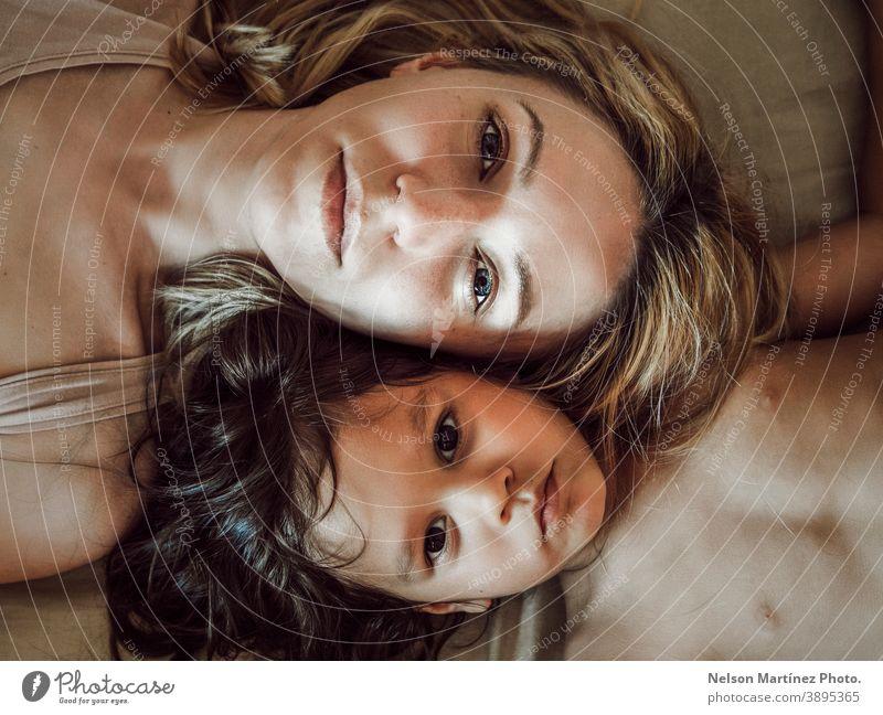 Porträt einer kaukasischen Mutter und einer hispanischen Tochter. Familie Kaukasier Latein gemischt Vielfalt jung Menschen Frau Lifestyle