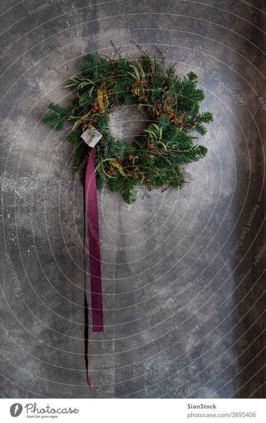 Weihnachtskranz an der Wand Flora kreisen Weihnachtszeit Neujahr frohe weihnachten modern stylisch vereinzelt Nahaufnahme handgefertigt Konzept frisch heimwärts