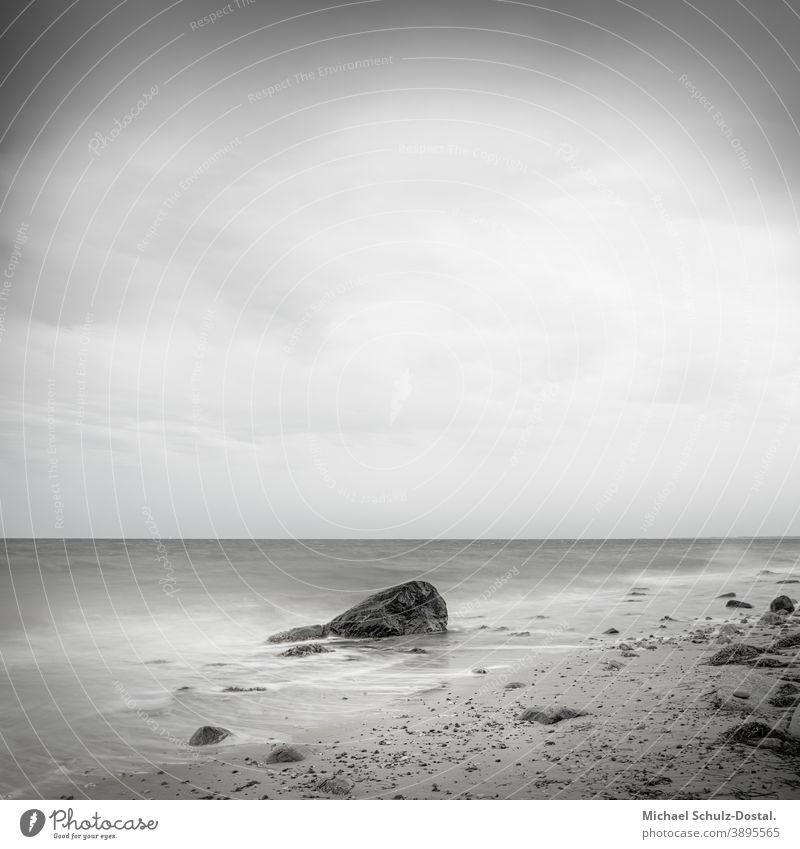 Fels im seichten Ostssewasser Ostsee Baltic Meer sea welle wave woge water sand strand beach weiss weiß White blau blue grün green himmel sky wolke cloud ruhe