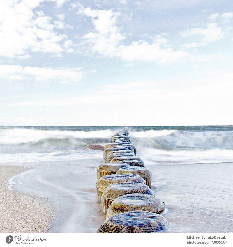 Buhnen am Ostseestrand Baltic Meer sea welle wave woge wasser water sand beach weiss weiß White blau blue grün green himmel sky wolke cloud ruhe calm Erholung