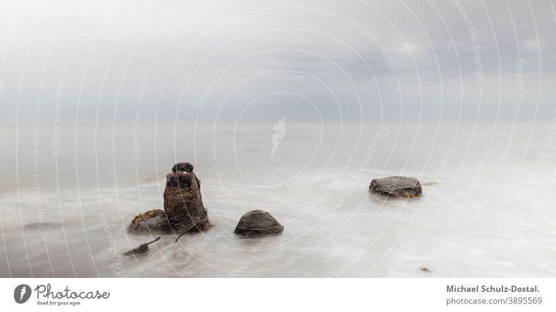 Drei Felsen im ruhigen Ostseewasser Baltic Meer sea welle wave woge water sand strand beach weiss weiß White blau blue grün green himmel sky wolke cloud ruhe
