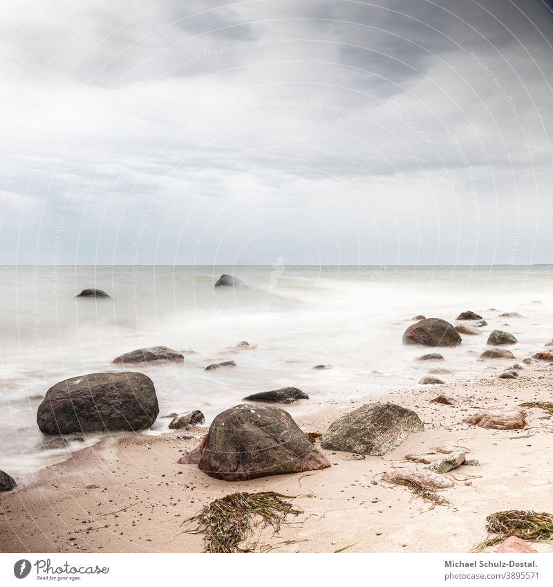 Felsen am Sandstrand Ostsee Baltic Meer sea welle wave woge wasser water sand beach weiss weiß White blau blue grün green himmel sky wolke cloud ruhe calm