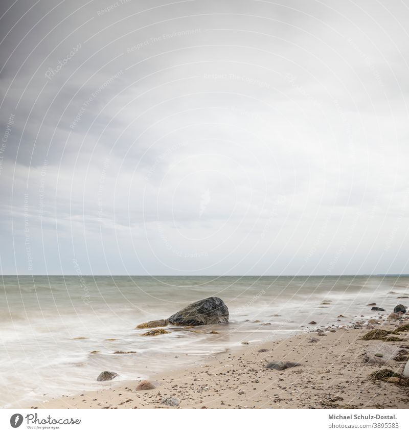 einsamer Stein am Ostseestrand Baltic Meer sea welle wave woge wasser water sand beach weiss weiß White blau blue grün green himmel sky wolke cloud ruhe calm