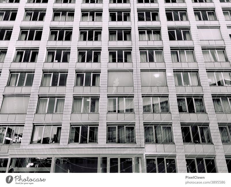 Urbanes Leben Wohnung Architektur Plattenbau Hochhaus Stadt Fassade Fenster Außenaufnahme Bauwerk Häusliches Leben Haus