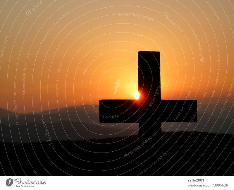 in Frieden ruhen... Kreuz Sonnenuntergang Sonnenaufgang Symbol Friedhof Glaube Christliches Kreuz Religion & Glaube Christentum Tod Symbole & Metaphern Kruzifix
