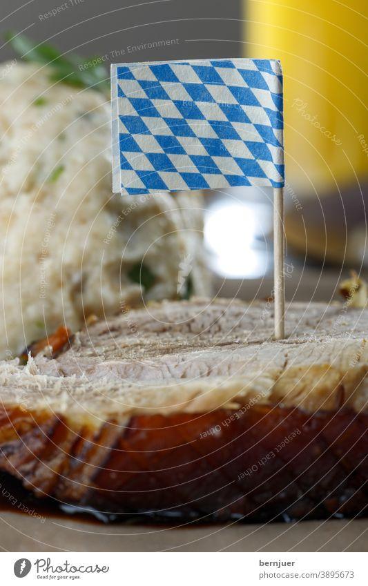 bayerisches Schweinebraten auf dunklem Holz Schweinefleisch knusprig geröstet Fleisch Essen Küche Knödel Deutsch frisch Mahlzeit Abendessen Braten Kartoffel