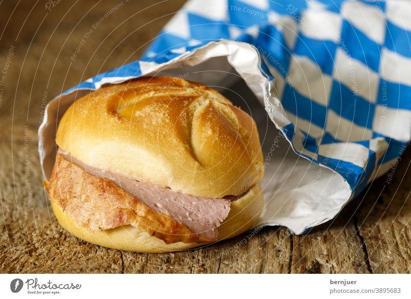 bayerisches Fleischbrot auf dunklem Holz Fleischlaib Senf Brötchen Bayern frisch lecker gebacken Nahaufnahme Essen Sandwich Brot Laib Snack Deutsch knusprig