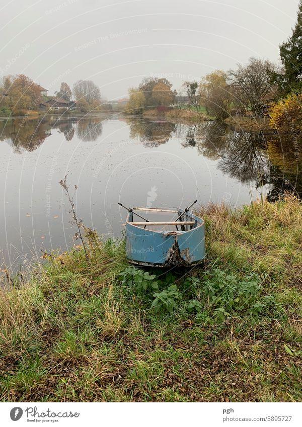 Herbstlich am Weiher mit verlassenem Ruderboot Dorf Landwirtschaft Bayern Starnberger See Nebel Bauernhof Boot alt