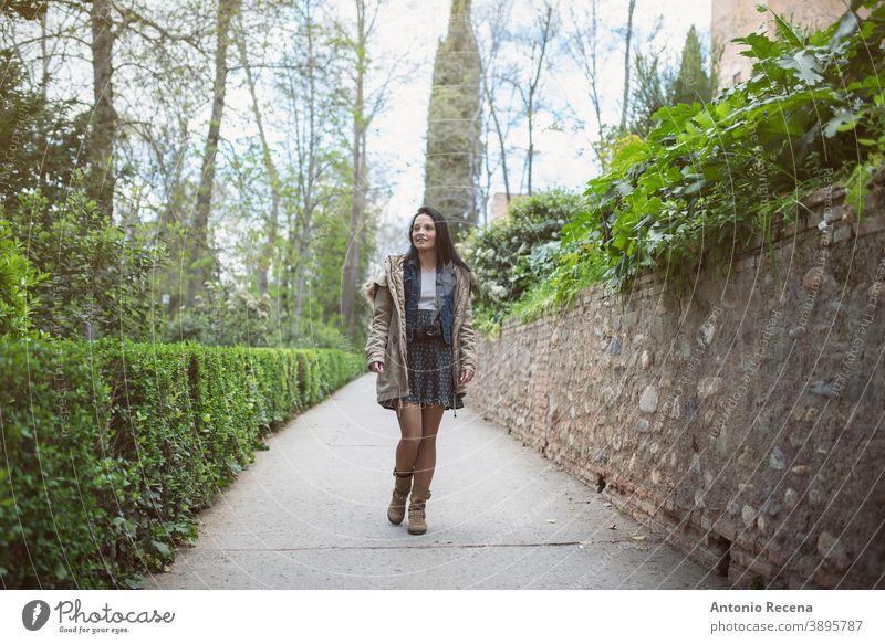 Glückliche hübsche Frau beim Fotografieren in La Alhambra, Granada. in voller Länge Straße Tourist 30s 30-35 Jahre Menschen Nur eine Frau Person Frauen