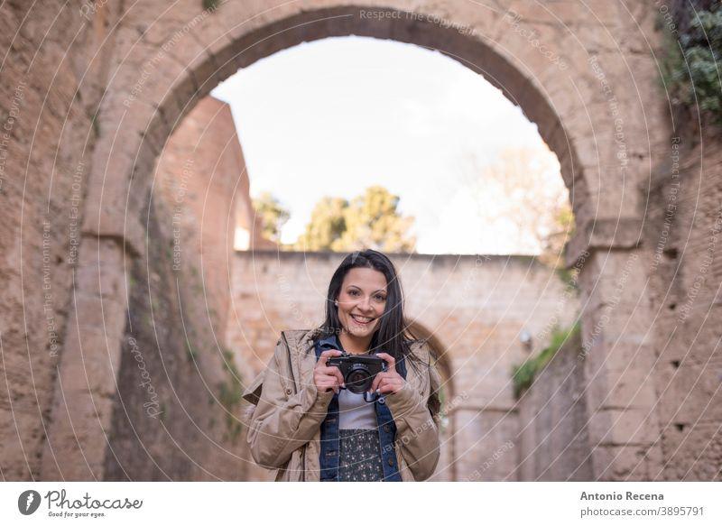 """Hübsche Frau macht Tourismus in Granada, Spanien Besuch von Sehenswürdigkeiten in der Nähe von """"La Alhambra Tourist hübsch 30s 30-35 Jahre Menschen"""