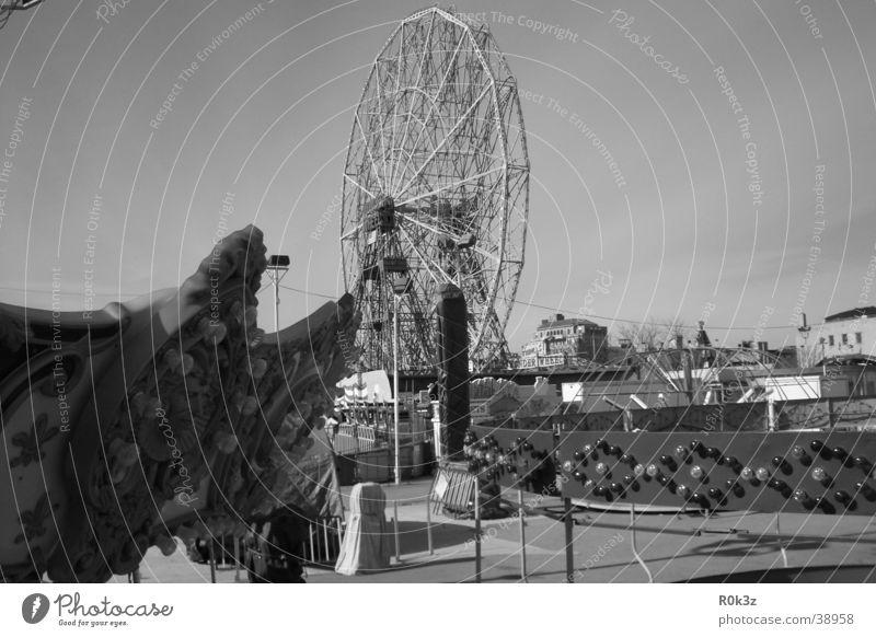 lost Vergnügungspark Riesenrad Jahrmarkt Freizeit & Hobby Coney Island Schwarzweißfoto Einsamkeit kirmis