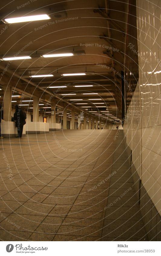 subway U-Bahn London Underground Tunnel Durchgang Architektur spiegel effekt Ferne
