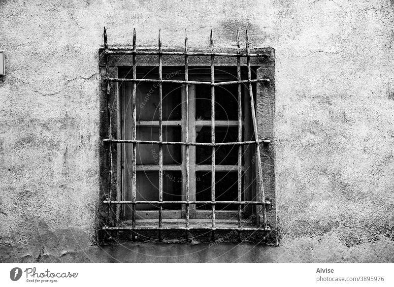 Fenster mit weißem Gitter Grunge alt altehrwürdig Architektur Wand Hintergrund gealtert Metall Außenseite dreckig Textur Gebäude retro antik Haus Fassade