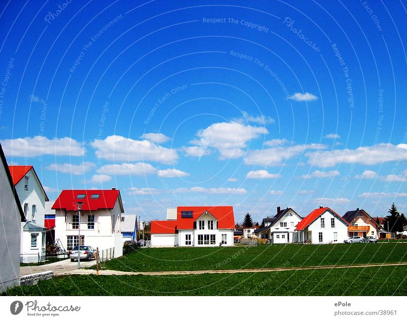 Neureich Wohnsiedlung Architektur Blauer Himmel rote Dächer grüner Rasen