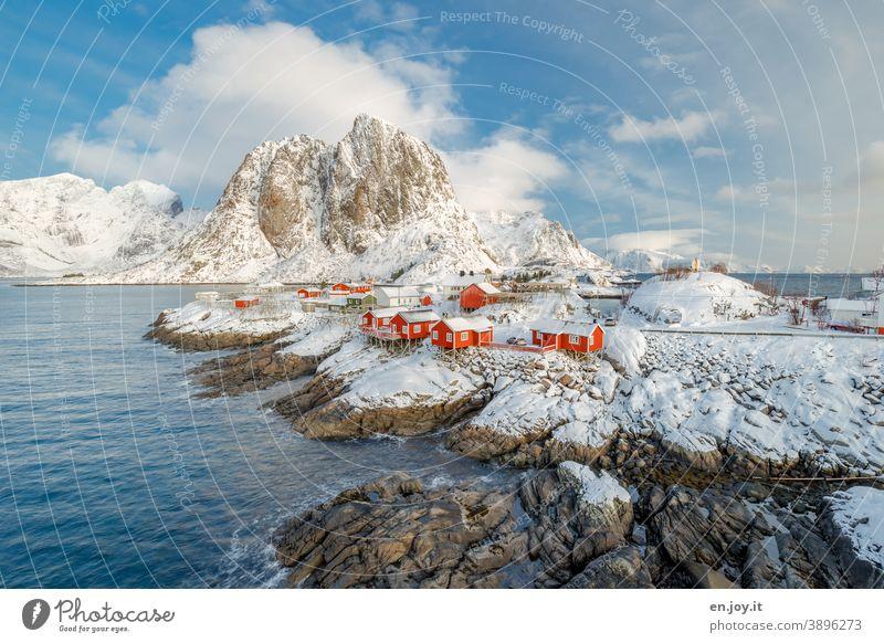 Hamnoy auf den Lofoten Hamnøy Skandinavien Norwegen Reine Norwegenurlaub Sehenswürdigkeit Reinefjorden Winter Schnee Insel Siedlung Fischerdorf Rorbuer Fjord