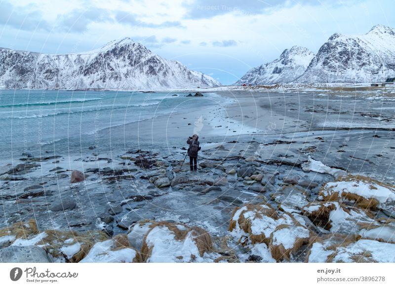 Skagsanden Beach Strand Lofoten Norwegen Skandinavien Winter Meer Nordmeer Felsen Landschaft Fotografieren Mann Schnee Berge Eis Frost Außenaufnahme