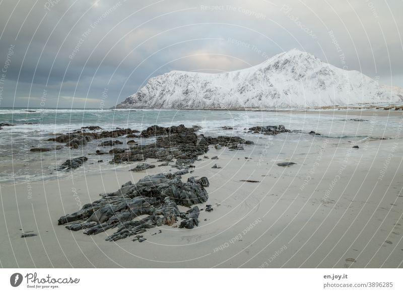 Skagsanden Beach Strand Lofoten Norwegen Skandinavien Winter Meer Nordmeer Felsen Landschaft Schnee Berge Eis Frost Außenaufnahme Ferien & Urlaub & Reisen Natur