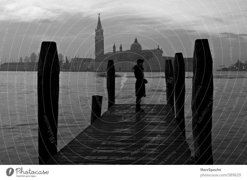 Morgengrauen Mensch Frau Stadt Meer Einsamkeit Erwachsene dunkel feminin Traurigkeit Architektur warten ästhetisch Kirche Trauer Italien