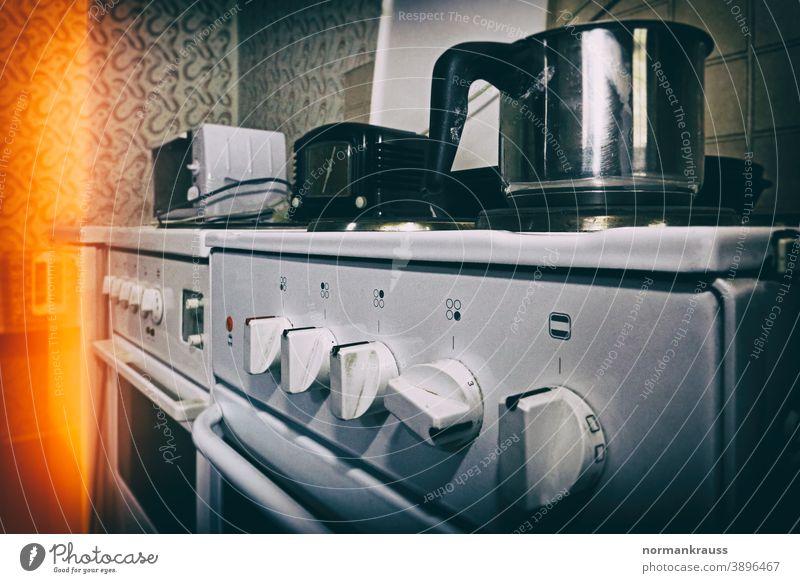 alter Elektroherd kochtopf elektroherd haushalt küche kochen unscharfer hintergrund retro schmutzig schalter knöpfe einstellknöpfe