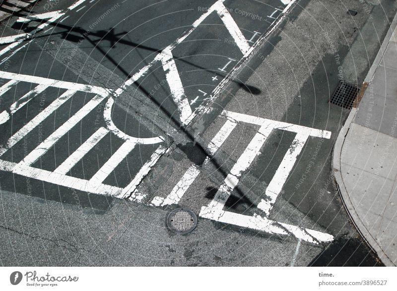 baselines (21) verkehr straße hinweise farbe zebrastreifen überweg asphalt teer bürgersteig vogelperspektive schatten gulli linien straßenverkehr benutzt