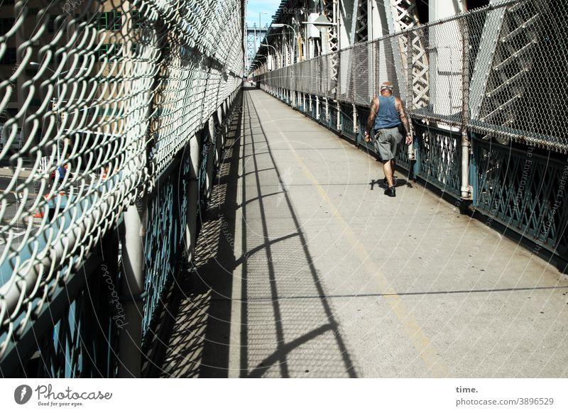 Geschichten vom Zaun (83) brücke fugänger schutz sicherheit schatten sonnig perspektive markierung gehen zaun gitter netz maschendraht käfig sportler Geher