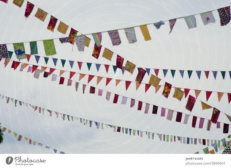 Nachbarschaften fühlen sich mit bunten Fähnchen verbunden Fahne Sammlung Dekoration & Verzierung hängen lang viele oben Leichtigkeit Kreativität Straßenkunst