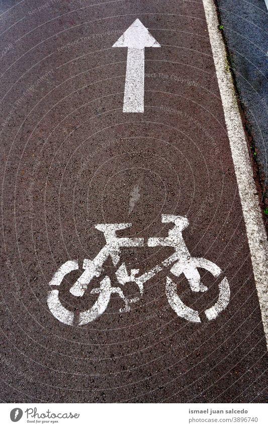 Fahrradschild auf der Straße Ampel Zyklus Fahrradsignal signalisieren Verkehrsgebot Ermahnung Großstadt Verkehrsschild Zeichen Symbol Weg Vorsicht Straßenschild