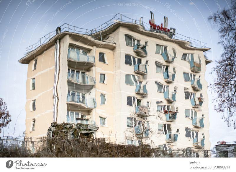 wackelkandidat. Haus Architektur Gebäude Fenster Außenaufnahme Bauwerk Menschenleer Stadt Häusliches Leben Hochhaus Balkon Spiegelung Spiegelung im Wasser