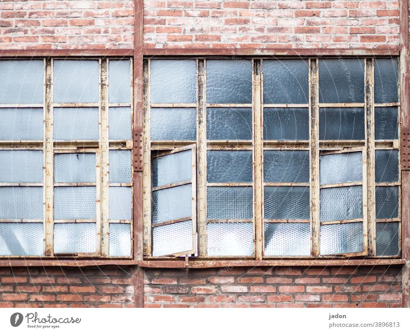 lüftungsmanagement (mit optimierungspotenzial). Fenster geöffnet offen Außenaufnahme Häusliches Leben Farbfoto Fabrikgebäude Haus querlüften Lüftung Fassade