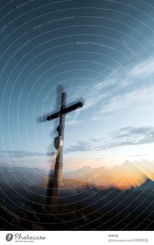 Gipfelkreuz auf der Gasselhöhe im ersten Morgenlicht Berggipfel Symbolik Morgendämmerung Alpen Berge u. Gebirge wandern Treffpunkt Religion & Glaube Hoffnung