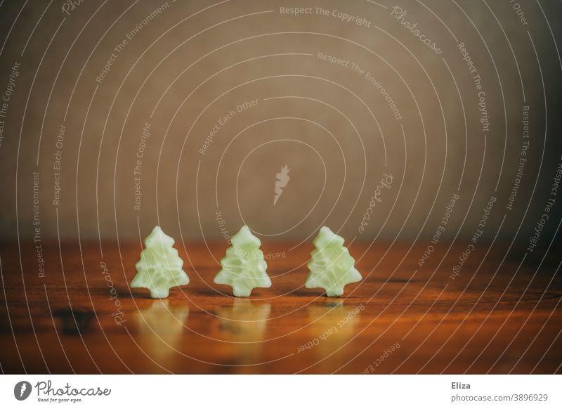Gesunder Snack zu Weihnachten - Kleine Tannenbäume aus Gurkenscheiben ausgestochen gesund vegan veganes Weihnachten Gesunde Ernährung Vegane Ernährung