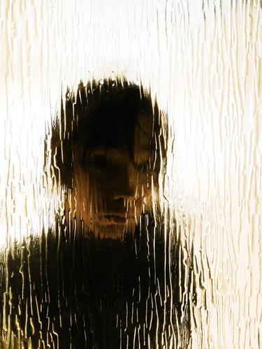 Hinterglasmalereien Mensch maskulin Junge Jugendliche Kopf Gesicht 1 13-18 Jahre Kind brünett kurzhaarig Glastür beobachten Blick Armut dunkel Langeweile